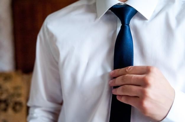 Vorbereitung des bräutigams am morgen, anziehen des bräutigams und vorbereitung auf die hochzeit.