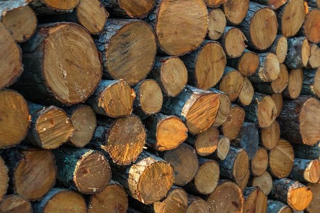 Vorbereitung des brennholzes für den winter. brennholz hintergrund