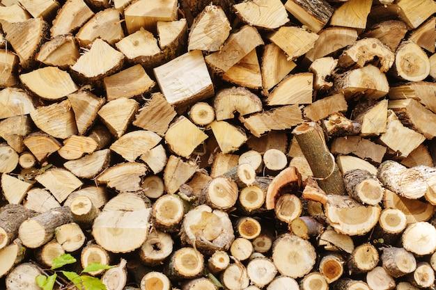 Vorbereitung des brennholzes für den winter
