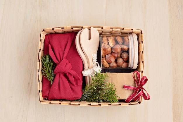 Vorbereitung des pflegepakets für thanksgiving, sasonale geschenkbox mit küchenutensilien