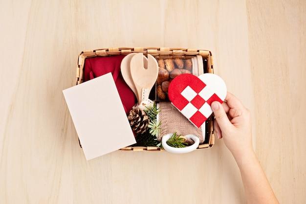 Vorbereitung des pflegepakets und der saisonalen geschenkbox mit küchenutensilien, furoshiki-box und keksen