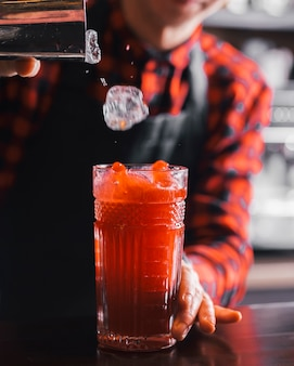 Vorbereitung eines erfrischenden cocktails in einer bar