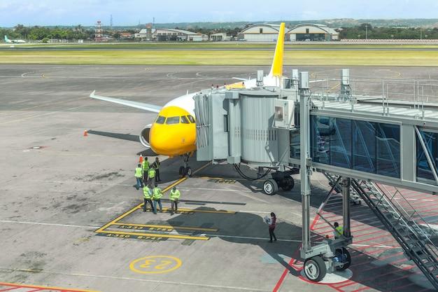 Vorbereitung eines passagierflugzeugs durch bodendienste am flughafen
