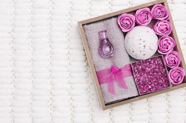 Vorbereitung eines selbstpflegepakets, geschenkbox mit lavendelaroma und kosmetikprodukten. personalisiertes umweltfreundliches geschenk für familie und freunde
