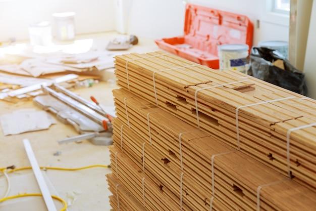 Vorbereitung für bereits bestehendes eichenparkett auf dem boden. boards in ausrichtung