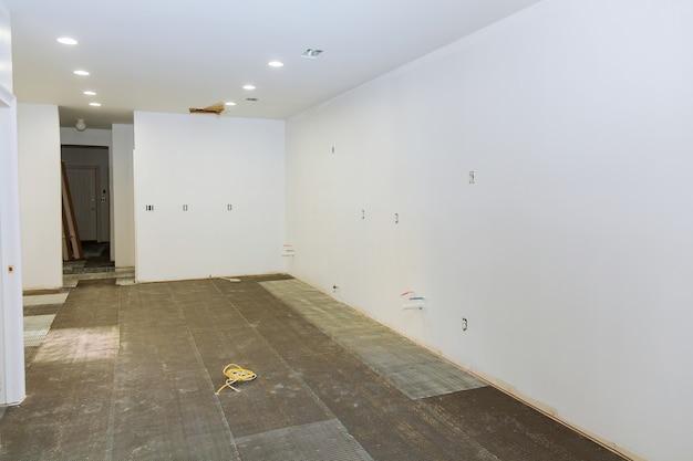Vorbereitung für die installation von fliesen in der küche in einem neuen zuhause