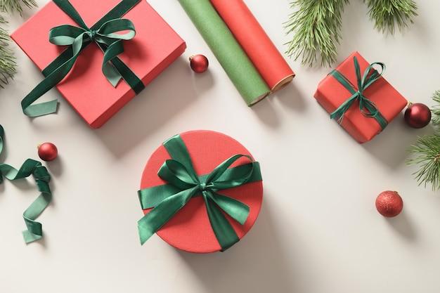 Vorbereitung und verpackung weihnachtsgeschenkbox in rot und grün für die feiertage