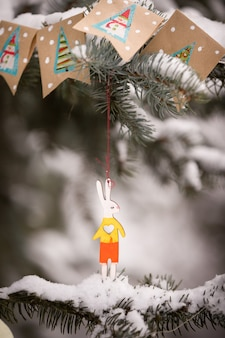 Vorbereitung zum dekorieren immergrüner bäume mit weihnachtsdeko