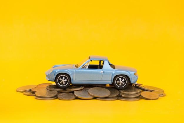 Vorbildlicher blauer parkplatz auf goldenen münzen des stapels