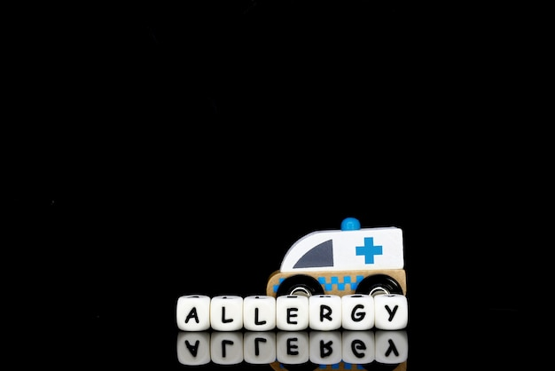 Vorbildlicher krankenwagen und alphabetbuchstaben