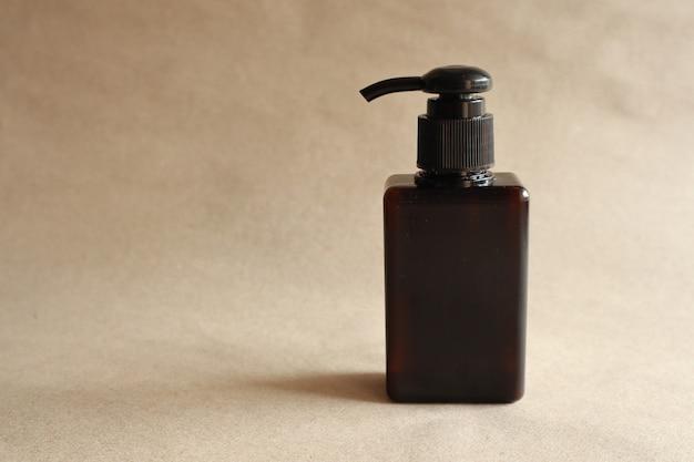 Vorbildliches bild einer braunen flasche mit einer pressungskappe auf braun
