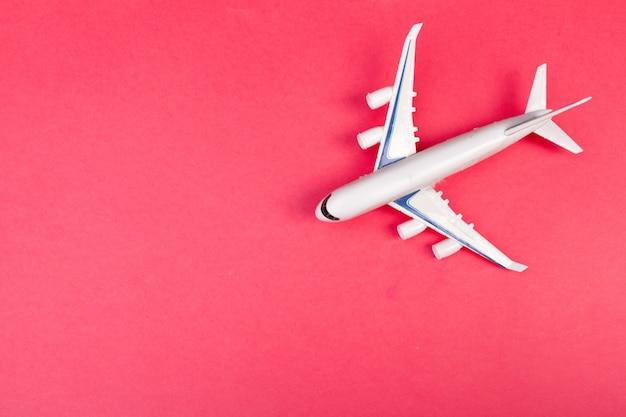Vorbildliches flugzeug, flugzeug auf pastellfarbe. flaches lagendesign.