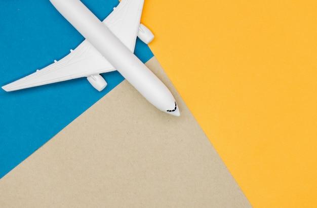 Vorbildliches flugzeug, flugzeug auf pastellfarbhintergrund