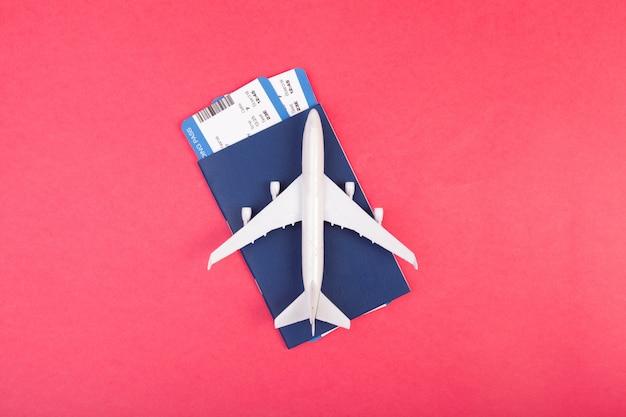 Vorbildliches flugzeug, flugzeug auf pastellrosa