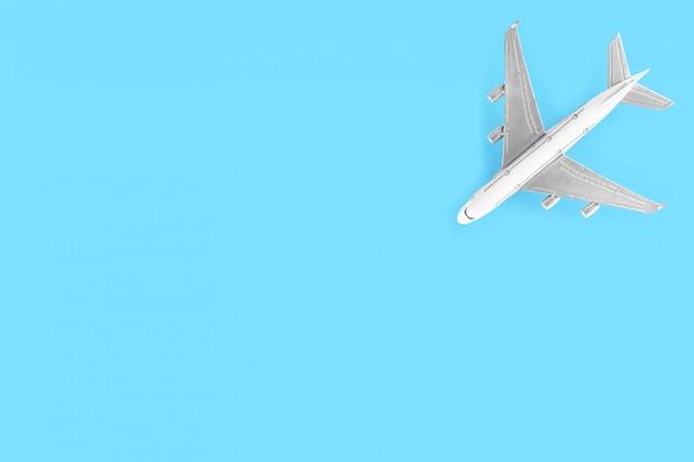 Vorbildliches flugzeug, flugzeug lokalisiert auf blauem hintergrund