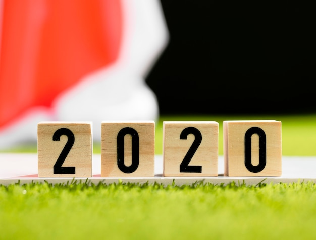 Vorderansicht 2020 auf holzwürfel nahaufnahme