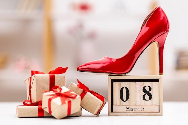 Vorderansicht 8. märz schriftzug mit roten high heels