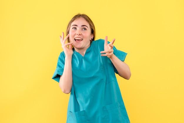Vorderansicht ärztin aufgeregt auf gelbem hintergrund medic emotion hospital health virus