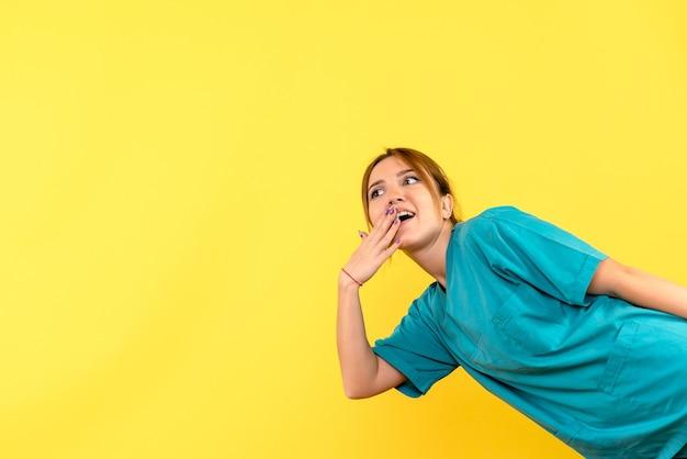 Vorderansicht ärztin aufgeregt auf gelbem raum