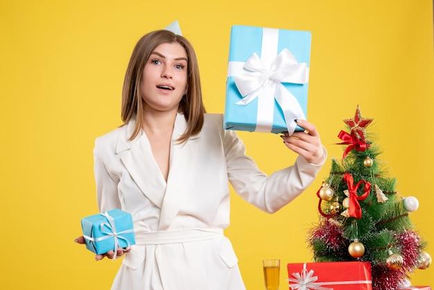 Vorderansicht ärztin, die weihnachtsgeschenke hält