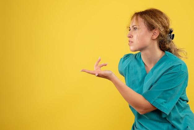 Vorderansicht ärztin im medizinischen hemd, farbe krankenhauskrankenschwester covid gesundheitsmediziner