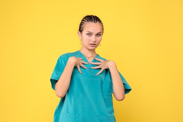 Vorderansicht ärztin im medizinischen hemd, gesundheitsmediziner covid krankenhaus farbe emotion krankenschwester
