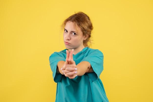 Vorderansicht ärztin im medizinischen hemd, krankenhausmediziner covid-19 krankenschwesterfarbgesundheitsmedizin