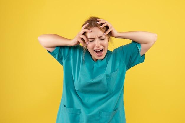 Vorderansicht ärztin im medizinischen hemd schreien, farbe emotion gesundheit covid-19 krankenschwester sanitäter