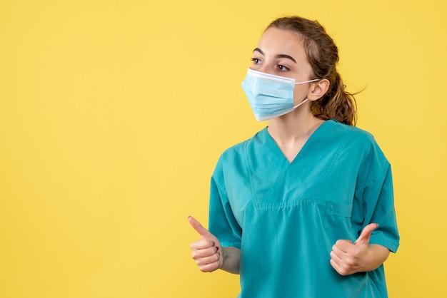 Vorderansicht ärztin in medizinischem hemd und maske, gesundheitspandemie-farbvirusuniform