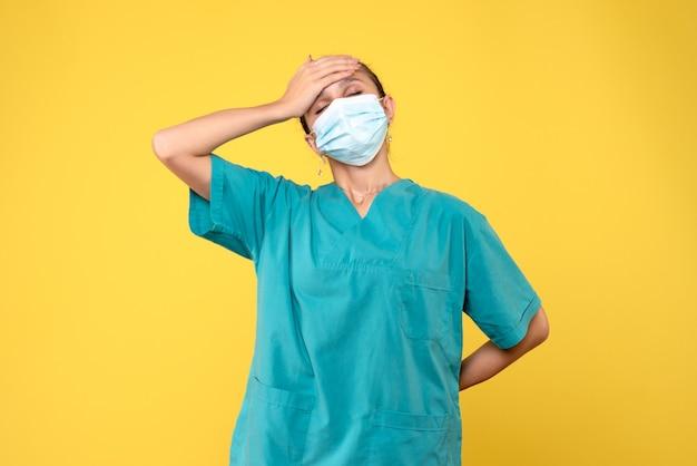 Vorderansicht ärztin in medizinischem hemd und maske, medizinisches krankenschwestervirus covid-19 sanitäterkrankenhaus