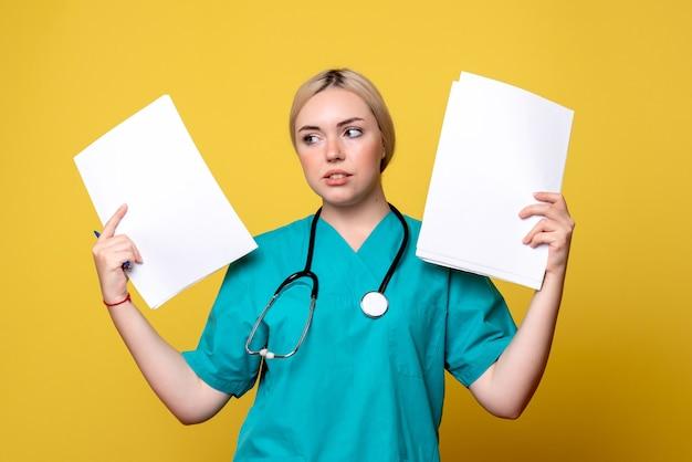 Vorderansicht ärztin mit analyse und papieren, coronavirus-gesundheitsmediziner covid nurse hospital virus