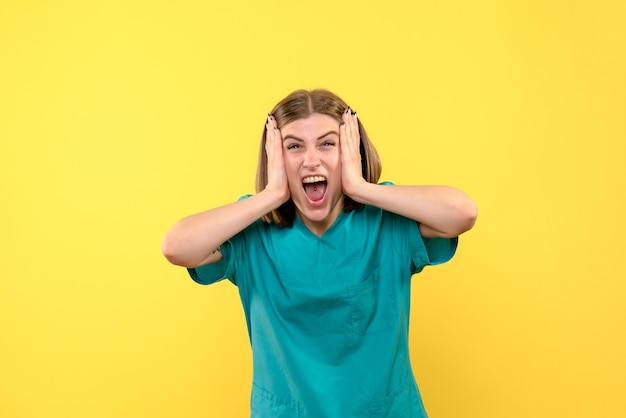 Vorderansicht-ärztin mit emotionalem gesicht auf gelbem raum