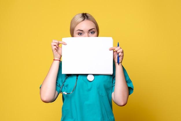 Vorderansicht ärztin mit verschiedenen papieren, virus pandemie gesundheitsmediziner krankenschwester covid-19 krankenhaus