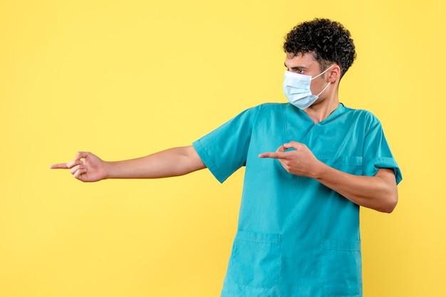 Vorderansicht arzt der arzt gibt empfehlungen an die patienten mit covid-
