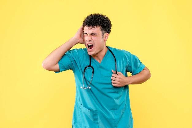 Vorderansicht arzt der arzt hat schreckliche kopfschmerzen