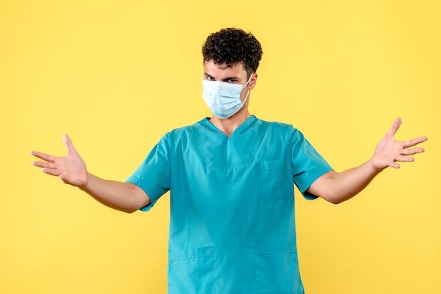 Vorderansicht arzt der arzt in der maske beantwortet fragen zu covid-