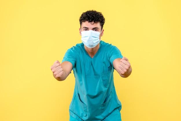 Vorderansicht arzt der arzt in der maske ermutigt zur einhaltung der hygienevorschriften