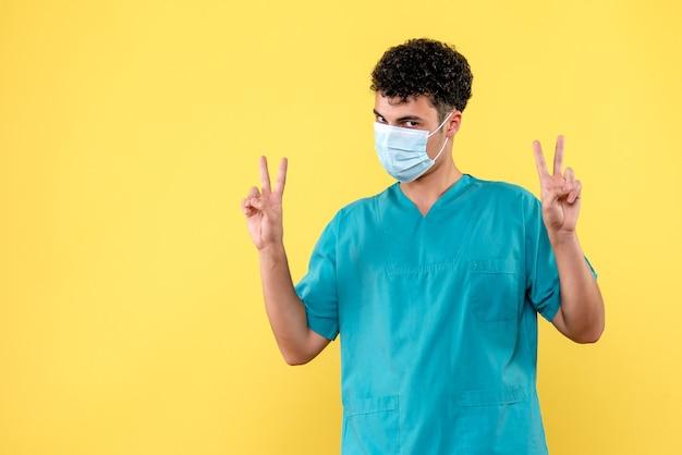 Vorderansicht arzt der arzt in der maske spricht darüber, wie man patienten mit schwindel behandelt