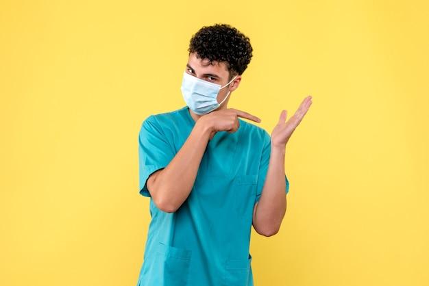 Vorderansicht arzt der arzt in der maske spricht über die wichtigkeit des händewaschens