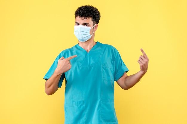Vorderansicht arzt der arzt in der maske zeigt auf sich
