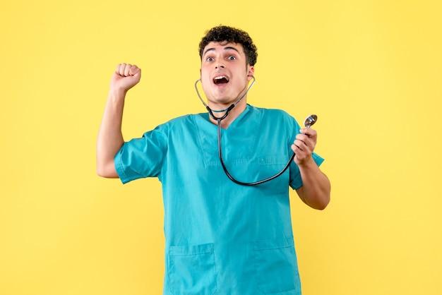 Vorderansicht arzt der arzt ist glücklich, weil sein patient gesund geworden ist