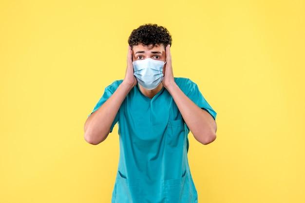 Vorderansicht arzt der arzt ist überrascht, eine neue komplikation nach dem coronavirus zu entdecken
