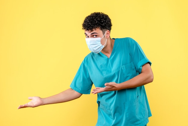 Vorderansicht arzt der arzt ruft den patienten mit coronavirus ins krankenhaus