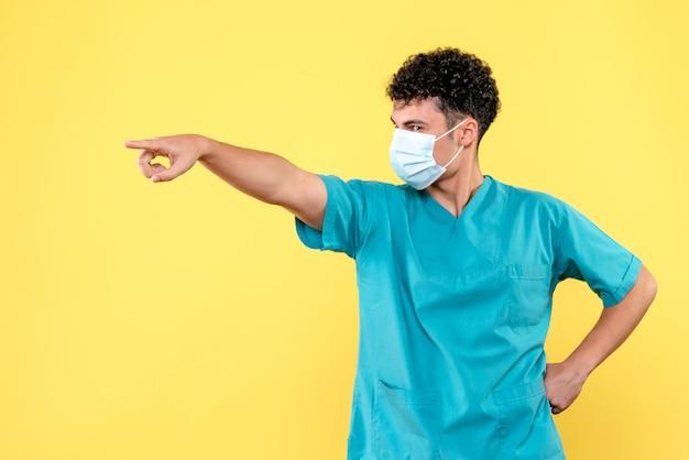 Vorderansicht arzt der arzt sagt, dass die menschen die maske richtig aufsetzen müssen