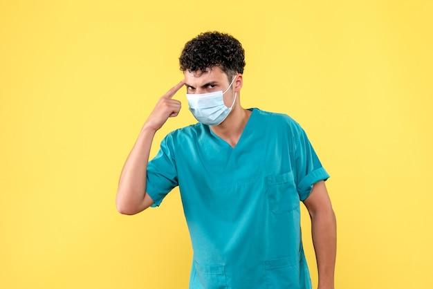 Vorderansicht arzt der arzt spricht von schweren krankheiten