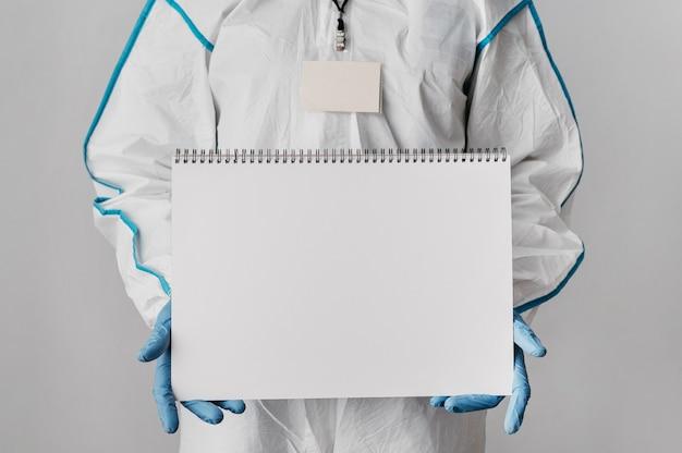 Vorderansicht-arzt, der ein leeres notizbuch hält