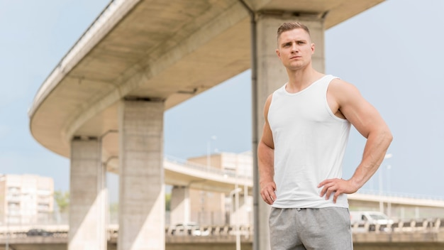 Vorderansicht athletischer mann, der weg schaut