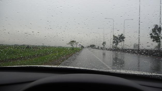 Vorderansicht beim fahren auf der autobahn. bei starkem regen und sturm.
