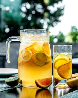 Vorderansicht belebende limonade mit zitronenlimette und orange