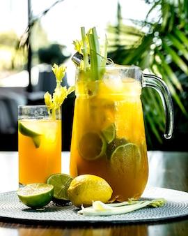 Vorderansicht belebende limonade mit zitronenlimette und sellerie